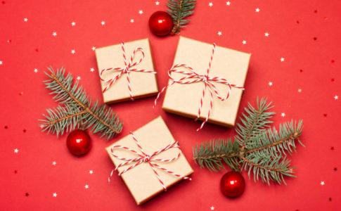 赤い背景 クリスマスギフトボックス