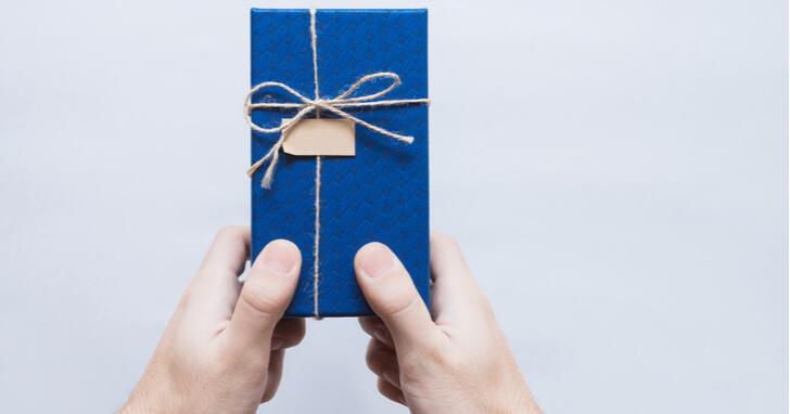 成人祝いのプレゼント、金額相場はどのくらい?